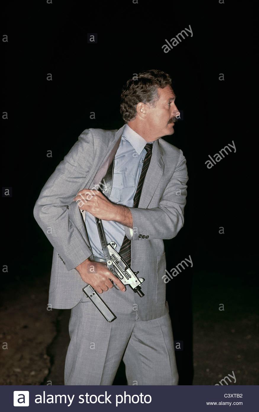 israeli-secret-service-agent-draws-an-uzi-pistol-from-his-shoulder-C3XTB2.jpg