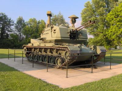 크기변환_02-01-탐색레이더와 화력통제레이더를 장착한 미국의 서전트 요크 대공포.jpg
